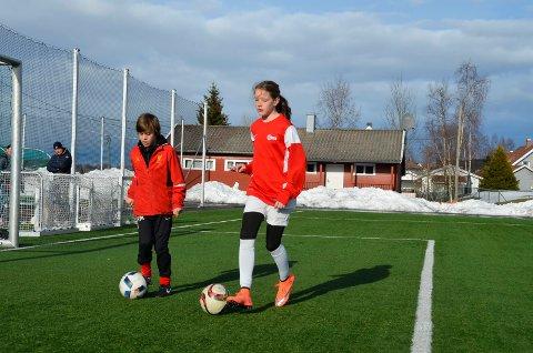 Erik Kjeserud Muhle og Ingrid Andreassen har full kontroll når de fører ballen.