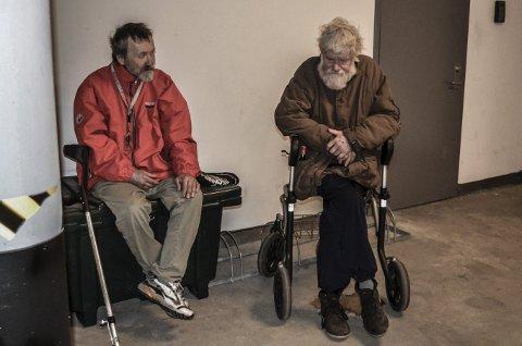 Pust i bakken: Paul Onni Rantala (t.v.) og Knut Weierød varmer seg i én av byens bakgårder en dag det er dårlig vær ute. Foto: Jan Roaldset