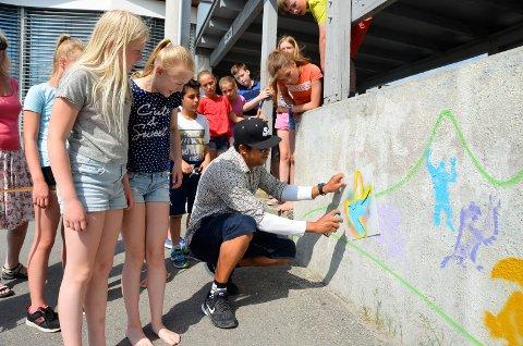 Sjetteklassingene ved Virik skole, Tale Juel Halvorsen (11, t.v.) og Kaja Tværås Krstoffersen (11) fikk besøk av den profesjonelle street art-kunstneren Rodrigo Vitorio Lisboa Souza torsdag.