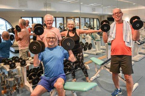 TRIVES: De er lei seg for endringene i driften, men klarer ikke å skjule hvor godt de trives på Parkbadet. Fra venstre: Hans Nergaard (85, nærmest), Søren Skaara Hem (80), Berit Hem (74) og Hans Ødegården (65).