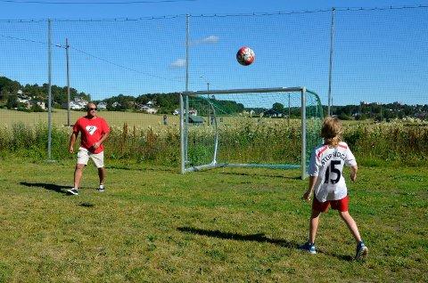 I AKTIVITET: Nå er ballsletta langs Riksvei 303 ved Lofterød spillbar. Det synes Geir A. Veiby (t.v.) og stesønnen Carl Paulsson (12) er bra.