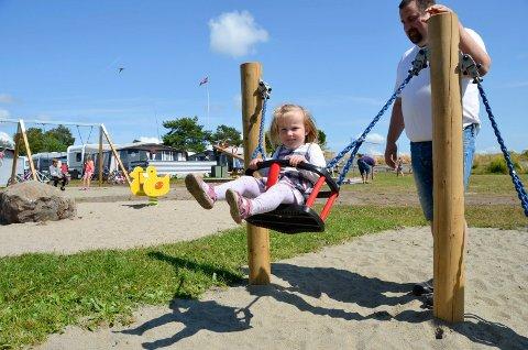 KJEMPEGØY: Leah Marie Olsen (2) tester én av de nye huskene på Granholmen. Pappa Kenneth Olsen gir fart.