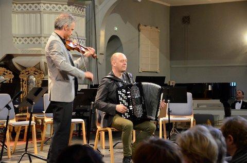 FORELLE BLAU: Benjamin Schmid på fiolin og Stian Carstensen på trekkspill åpnet konserten.
