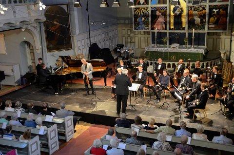 SPILTE BERG: «Kammerkonsert» ved Christian Ihle Hadland (klaver), Benjamin Schmid (fiolin), Christoph Hartmann (obo), Martin Kuuskmann (fagott), Ib Hausmann (klarinett), Andrej Zust (horn), blåsere fra Marinemusikken og dirigent Bjarte Engeset.