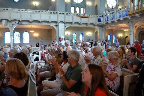 STÅENDE APPLAUS: Publikum reiste seg for sopran Aksel Rykvinn.