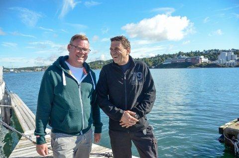 GLEDER SEG: Kristoffer Gulbrandsen (t.v.) og Frode Sørensen i Outboardklubben ser fram til helgens båtrace.