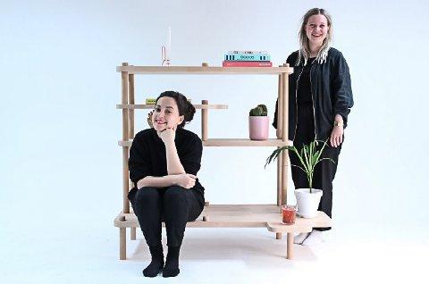 BLIR HYLLET FOR HYLLE: – Nå er vi bare veldig stolte, sier designstudentene Mari Bonden (t.h.) og Ingvild Hansson Kalsnes.