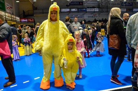 MATCHET: Ranita Gamst og datteren Elsi Gamst Henningsen (3) stilte i matchende kostymer på HalloVenn.