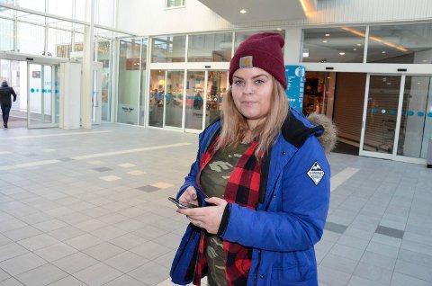 IVRIG MOBILBRUKER: Vårin Hagen (25) forteller at hun bruker mobiltelefonen sin veldig, veldig mye. – Det blir nok drøye åtte timer hver dag, sier Hagen, som imidlertid ikke føler seg avhengig av mobilen.
