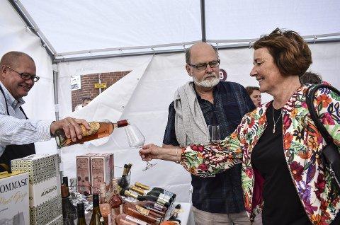 VINFESTIVAL 2017: Einar Engelstad, partner i Interbrands, lar Johnny og Ragne Hammer Kovsand smake på vintyper som han mente var leskende i solen. Bildet er tatt under vinfestivalen i fjor.
