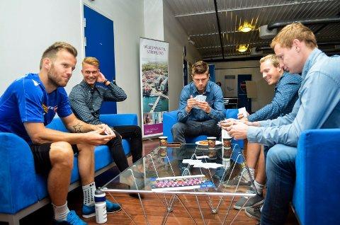 SF-poker: Kevin Larsen (f.v) spiller kort før Sandefjord fotballs trening 28. august 2015 med Kristoffer Normann Hansen, Erik Mjelde, Martin Torp og Christer Reppesgård Hansen.