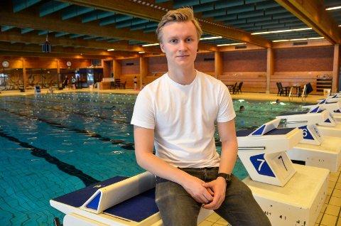 FRA UTØVER TIL TRENER: Marius Eliassen (22) fra Sandefjord startet sin trenerkarrière i Sandefjord Svømmeklubb, og var også en aktiv svømmer i klubben i flere år.  – Da jeg selv var aktiv, hadde jeg ofte 10 bassengøkter i uka. Så jeg fikk kjørt meg, humrer 22-åringen, som de siste tre årene har vært hovedtrener i Molde Svømmeklubb.