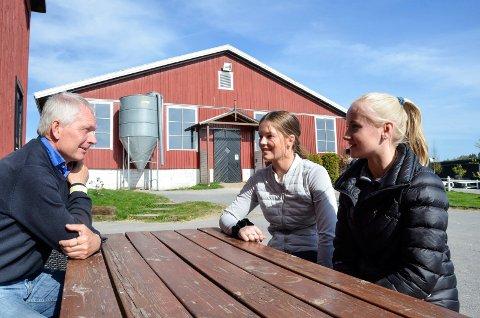 FORDEL: Bjørk Eriksen (18, t.v.) og Mille Gjermundsen (17) drar nytte av at treneren deres, Stein Endresen (58), nå trapper ned sin egen satsing. – Det er en fordel for oss at han gir seg som topprytter, sier jentene.