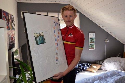 EDVALD ER HELTEN: – I 2015 fikk jeg autografen til Edvald Boasson Hagen, men den har forsvunnet. Under NM skal jeg prøve å få tak i en ny autograf, forteller Kristian Arvesen (16), som her viser fram den signerte T-skjorta, samt bildet han har av sykkelhelten sin.