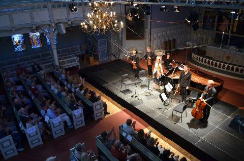 INTERNASJONAL KLASSE: Katrine Gislinge (klaver) og Danish String Quartet høstet stor applaus i Sandefjord kirke på åpningskonserten.
