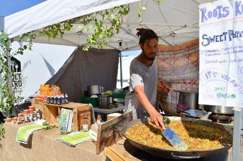 ALTERNATIVT: Jasper Roots serverte vegansk mat og fermentert skog som drikke på NatureVibes-festivalen i Melsomvik.