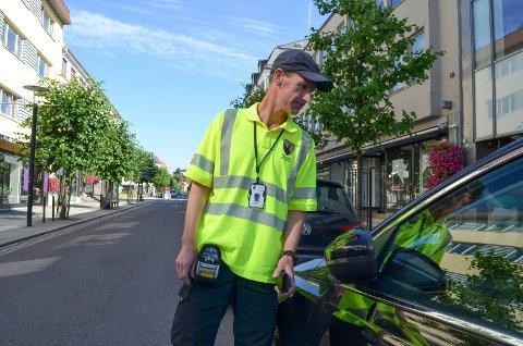 – GJERNE FOR MEG: Trafikkbetjent Jørgen Olav Hjelle er positiv til ordfører Bjørn Ole Gleditsch sitt forslag om å gi trafikkbetjentene myndighet til å bøtelegge folk som kaster søppel.