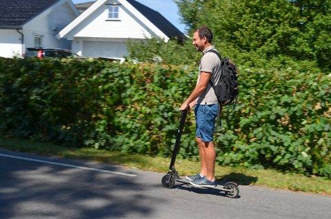 GODT SIG: Med en toppfart på 20 km/t freser Espen Hem Andreassen avgårde på elsparkesykkelen.