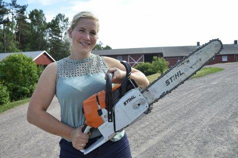 TIL VM: Anne-Helene Sommerstad Bruserud (25) er klar for å konkurrere i verdensmesterskapet i motorsag for aller første gang. Andebu-kvinnen er den første norske kvinnen som skal delta i det store mesterskapet. – Det er ikke så mange jenter som driver med dette, men vi blir stadig flere, sier Anne-Helene.Foto: Linda Hansen
