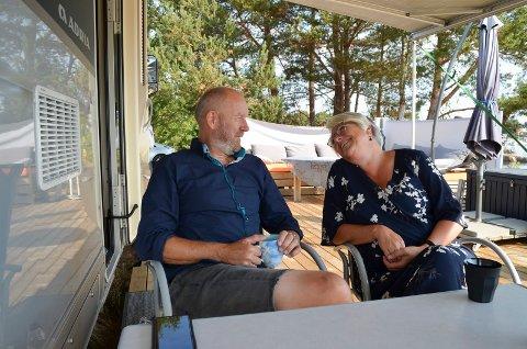 BOR ENKELT PÅ FIRE HJUL: Finn Bjurvoll Hansen og Tone Hasle angrer ikke ett sekund på at de kvittet seg med huset til fordel for et liv i bobilen.