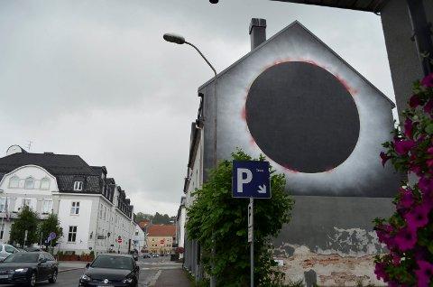 ÅPEN FOR TOLKNING: Denne veggen i Stockflehts gate ble malt av Victor Ash i juni. Den kan bli blant de siste i Art for All in the World-prosjektet i Sandefjord sentrum.
