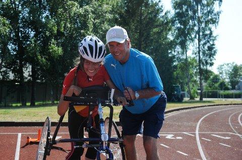 STORFORNØYD MED TRENEREN: Gunnar Hansen betyr mye for Marte Aasvang. Med hans hjelp har hun både økt treningsmengdene og forbedret resultatene vesentlig.