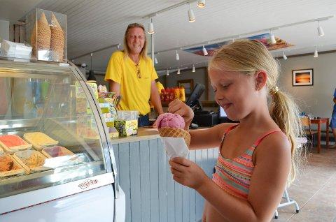 SJOKOLADE OG BRINGEBÆR: Lisa Ebbesen Fjelde (7) kjøper kuleis av Kurt Nilsen i kiosken på Granholmen camping.