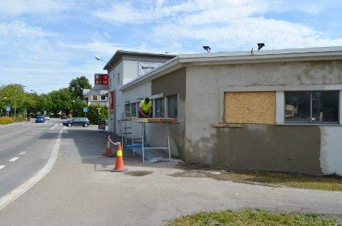 FIKSET SKADENE: Torsdag, drøye to uker etter hendelsen, ble veggen på Cirkle K Nybyen murt opp igjen.