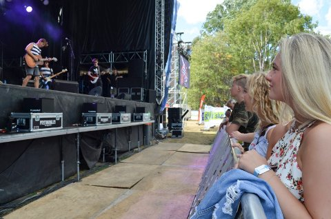 PÅ DAGTID: Sofie Steinbakken (17) og Emilie Kristoffersen (16) hørte Jørgen Dahl Moe på Fjordfesten tidig lørdag.