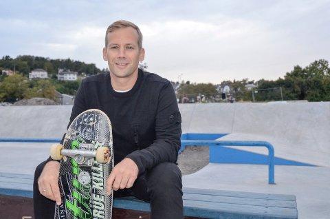 BRUK TID: Kenneth Waggestad-Stoa, som er leder i både Sandefjord Rulleklubb og Sandefjord Skateboardklubb, er utrolig fornøyd og takknemlig over at politikerne har prioritert rulleparken. Han venter spent på fortsettelsen, men mener det er viktig ikke å forhaste seg.