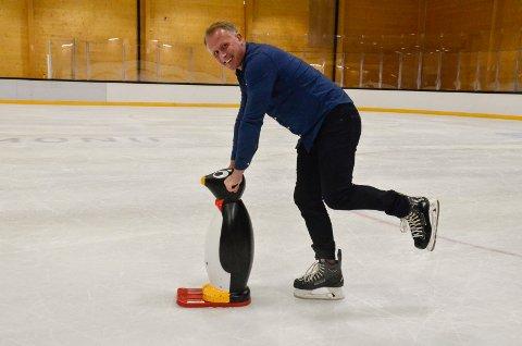 MYE AKTIVITET: I høst blir det liv i Bugården Ishall, med både skøyte- og hockey-SFO og skøyte- og hockeyskole. Det gleder Henning Fevang, leder i Sandefjord Penguins, seg over. Han håper de nye tilbudene vil bidra til økt rekruttering til klubben.