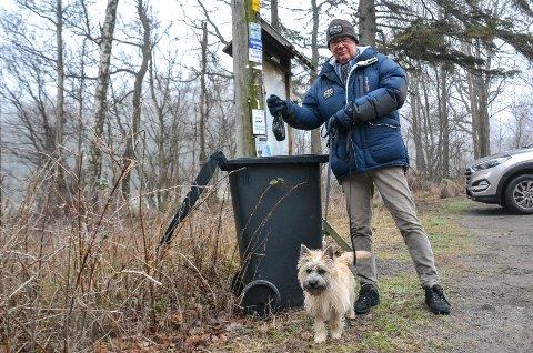PLUKKER OPP: Kjell Frode Hansen (65) kaster en hundepose i avfallsbeholderen ved parkeringsplassen til Folehavna.