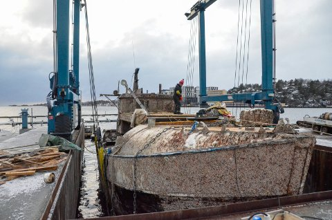 HEVET: Den gamle treskøyta som sank på Framnes syd i fjor vinter, er nå hevet til overflaten. Jan Einar Tyvold jobbet på båten tirsdag.