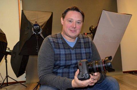 FULGTE DRØMMEN: Paul Skahjem Thürmer (42) sa opp sin faste jobb for å satse fulltid som fotograf i eget firma. - Det er en tøff bransje, og vi er få aktive fotografer i Sandefjord. Sånn sett er det viktig at vi bistår hverandre, og holder litt sammen, mener Paul.