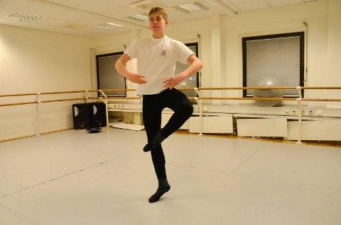 DANSEGLAD: Oscar Elsebutangen Nome (15) driver med ballett, men er også glad i å danse hip hop. – Ballett handler det mye om kroppsbeherskelse, mens man kan la kroppen «flyte» i hip hop, sier Oscar, som snart blir å se i rollen som Frantz under ballettforestillingen «Coppelia».