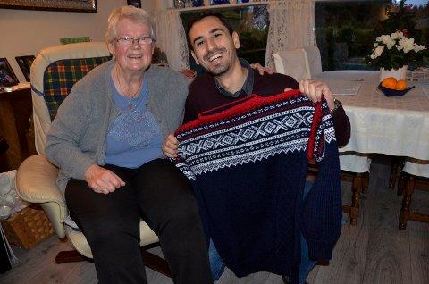GODE NABOER: Naboene Inger Gigernes (76) og Ahmed Aref (29) har blitt gode venner. Her viser Ahmed stolt fram Marius-genseren han fikk av Inger for noen uker siden.