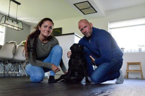 NY RETTSRUNDE: Samboerparet Lene Brenna (47) og Bjarne Johansen (48) kjemper med nebb og klør for sin elskede hund, Shaci (9). Til våren må paret møte i retten igjen, når «Shaci-saken» skal opp i lagmannsretten.