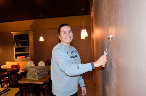 ÅPNER KAFÉ: Line Andersen (44) har nok å henge fingrene i før hun åpner kafé i Andebu i slutten av februar. Deriblant mye maling.