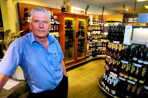 TAKKER AV: Butikksjef Espen Sørensen på Vinmonopolet har sin siste arbeidsdag i februar.