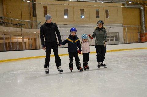 FLITTIG BRUKT: Mange tok turen til Bugården Ishall i vinter, deriblant Gøran Svennungsen (t.v.) og Cecilie Roe Syrrist (t.h.) koste seg på isen sammen med ungene, Oliver Roe Svennungsen (8) og Oda Roe Svennungsen (5).