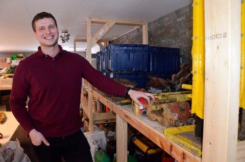 GRÜNDER MED SUKSESS: Simen Riise Sælnes (28) er mannen bak Rallarservice AS. Han har god grunn til å smile, ettersom firmaet hans går «så det suser».