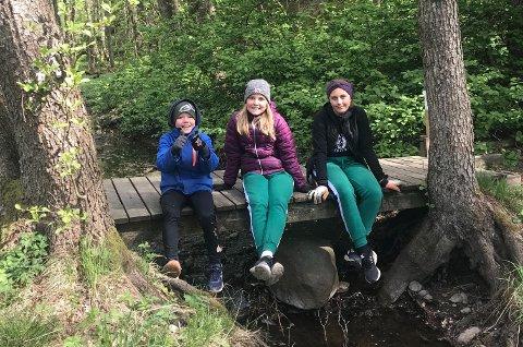 TUR: I tillegg til å få ryddet, fikk Tuva, Leah og Jonathan seg en fin tur under Strandryddedagen.