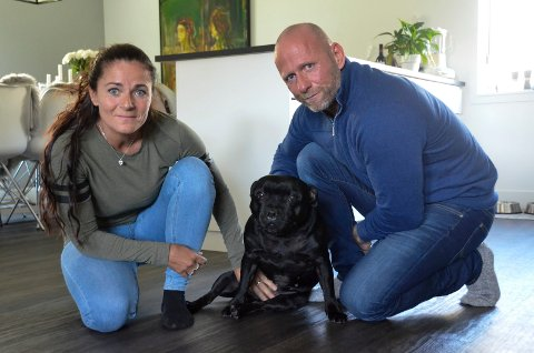 FÅR STØTTE: Bjarne Johansen (48) og Lene Brenna (46) kjemper for hunden Shaci (8). De opplever nå at folk i hele Norge støtter dem i kampen mot borettslaget.