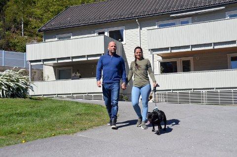 VENTER I SPENNING: Bjarne Johansen og Lene Brenna vant over Stub Borettslag i retten, og kan bli boende med hunden Shaci i sin leilighet (bak til venstre). Nå venter paret på om dommen ankes eller ikke. – Vi har fått enormt mye støtte etter at dommen falt, også fra beboerne i borettslaget. All støtten gjør at vi møter det som kommer, sier Lene Brenna.