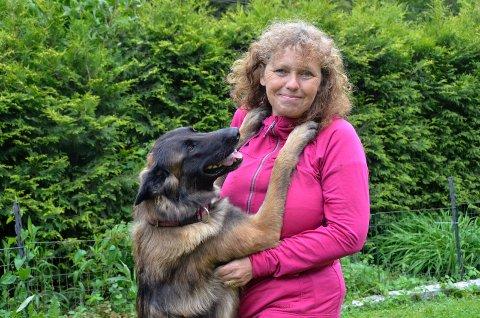 GODE VENNER: Hege Larsen (56) bruker mye tid sammen med sine fem hunder. Her er hun sammen med Pixie (3), som er hennes faste konkurransemakker.