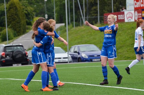 JUBEL: Maren Aune Knudsen scoret ett av målene da SF Kvinner slo LSK Kvinner 2 hele 5-1 borte. Mer jubel kan det bli senere i høst. For laget topper nå avdelingen med fem poeng.