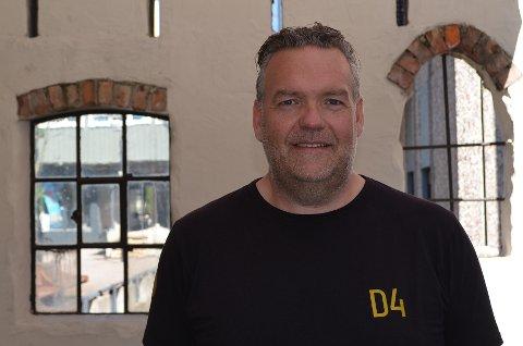 D4: Kjell Arne Osvoll viser fram den fine bakgården til resturanten. Han samarbeider gjerne med andre for å bruke den til små eller store arrangementer. Lørdag er det bakgårdsfest med brunchbuffet.
