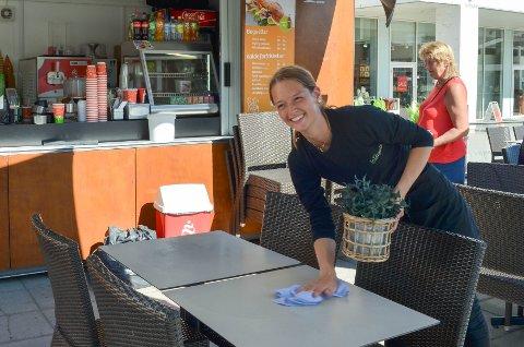 LÆRERIKT: Vilde Dahl Simonsen (17) tilbringer sin tredje sommer på rad hos La Baguette. Det synes hun er lærerikt, samtidig som lønna vil komme godt med til bilkjøp og studietid.