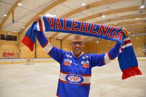 GLEDER SEG: Jarle Svendsen, for anledningen ikledd Vålerenga-drakt, er prosjektleder for ishockeykampen mellom Vålerenga og Sparta Sarpsborg i Bugården ishall 22. august. Han teller ned dagene til den store begivenheten.