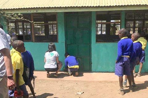 MALTE SKOLER: Elever ved Skagerak International School malte to skoler og plukket søppel i en landsby i Kenya. Malingen som ble brukt, donerte Jotun.